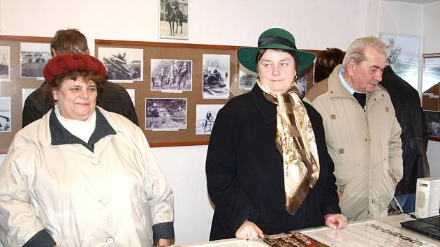 Návštěvníci si prohlížejí historické fotografie v perucké Galerii u Plazíka.