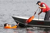 Hasiči pravidelně cvičí na Nechranické přehradě. Kromě jiného se učí zachraňovat tonoucí.