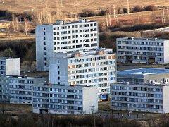 Pohled na chanovské sídliště. Řada panelových domů je zcela neobyvatelná, lidé je zničili.