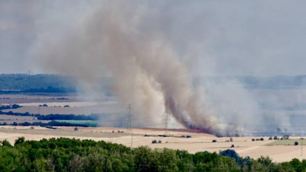 Požár pole mezi Zeměchy a Lipencem
