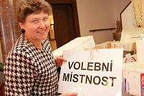 Drahuše Laiblová, matrikářka žatecké radnice, připravuje materiály potřebné k volbám do Evropského parlamentu.