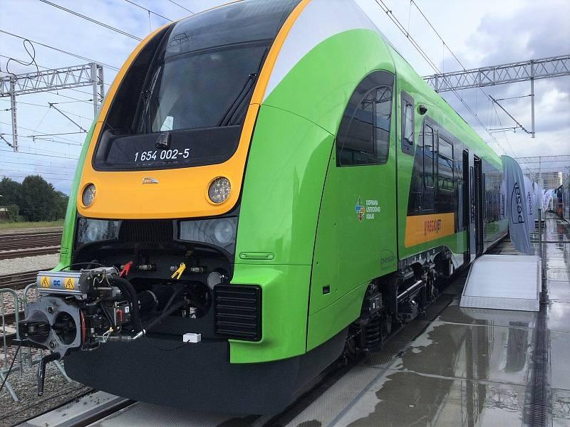 Dopravce RegioJet a výrobce železniční techniky polská společnost PESA Bydgoszcz představily na veletrhu kolejové techniky v polském Gdaňsku první elektrickou jednotku PESA 654 RegioJet.