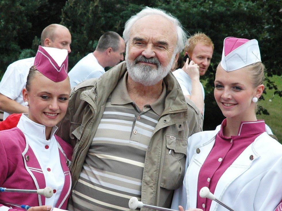 Zdeněk Svěrák s mažoretkami z Postoloprt, které několikát v Praze zahajovaly charitativní Běh pro Paraple.