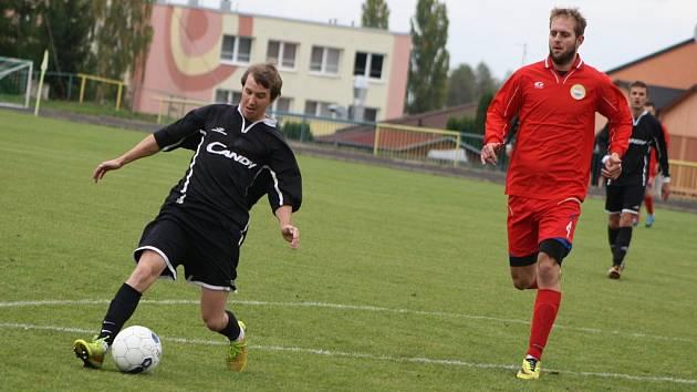 Zdeněk Poborský (vlevo) rozjíždí útok, po kterém vstřelil první gól do sítě Strupčic.