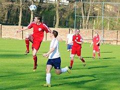 Fotbalisté Postoloprt (v červeném) na svém hřišti prohráli s AFK Loko Chomutov 2:3.