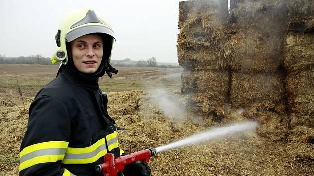 Hasiči likvidovali požár stohu nedaleko Postoloprt