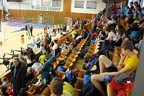 Staré dřevěné sedačky v Městské sportovní hale Louny nahradí za pár týdnů moderní, plastové. A modré