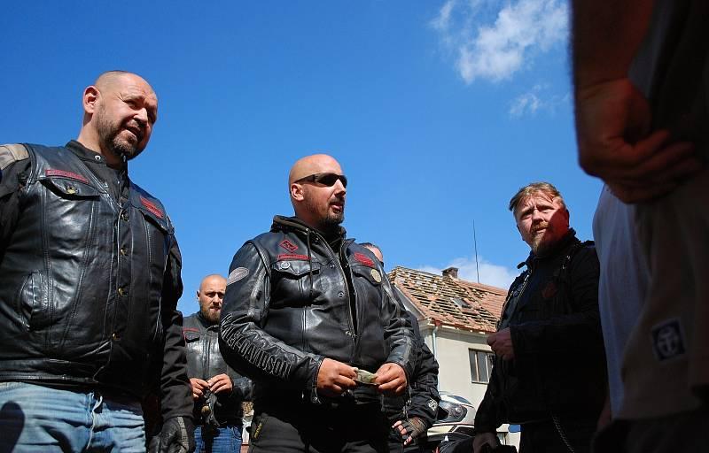 Sobota 3. července v obci Stebno na Lounsku. Motorkáři přivezli finanční dar.