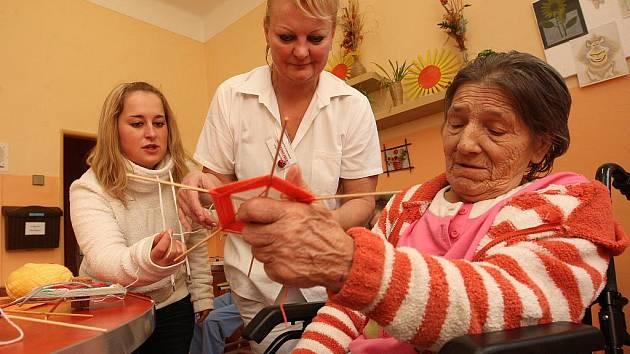 Klientka Bohumila Wanková s ergoterapeutkou Dagmar Ledvinovou