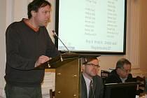 Josef Klesal hovoří na zasedání zastupitelů v Lounech