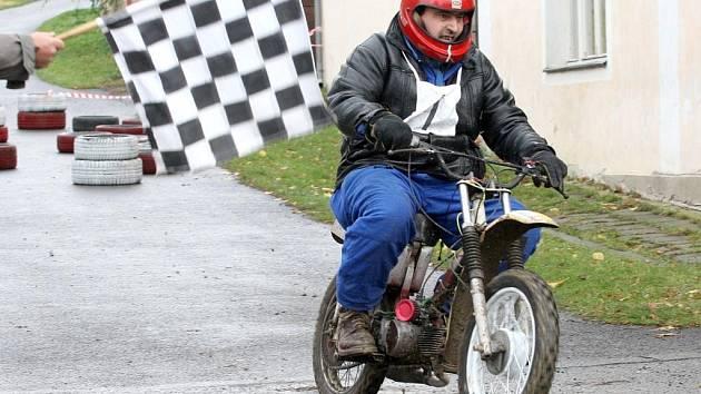 Závody motocyklů do vrchu.