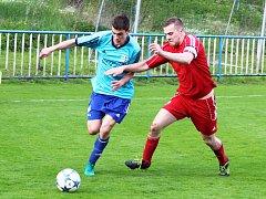 Fotbalisté Postoloprt (v červeném) v duelu se Spořicemi.