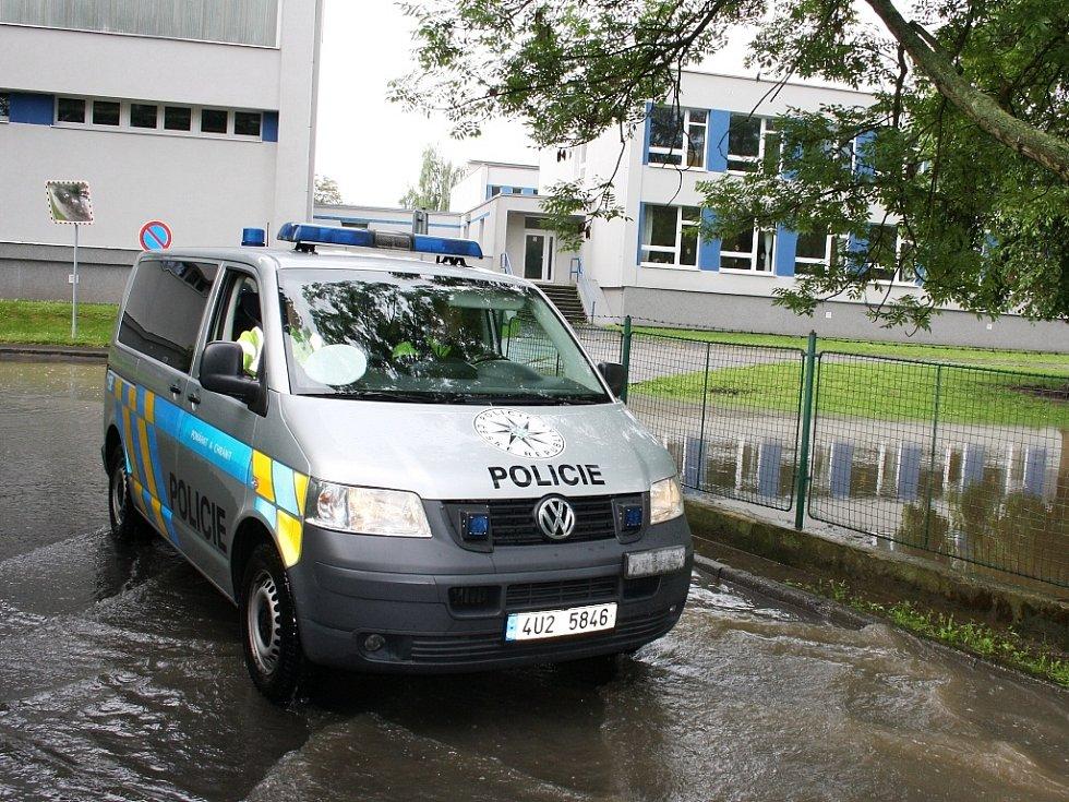 Rozvodněná Ohře v Lounech 4. 6. 2013. Ze silnice podél hřiště u ZŠ P. Holého k baseballovému stadionu se stala řeka. Neprojede ani policie