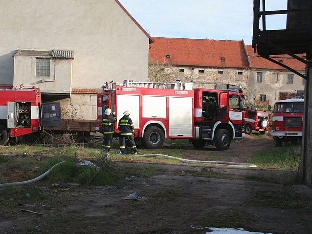 Zásah hasičů při požáru v Želči.