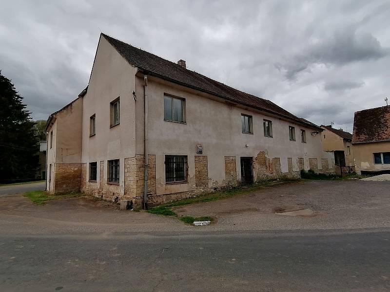Bývalou hospodu v Solopyskách na Lounsku zřejmě čeká demolice. Ve vesnici vyrostla nová hospoda s hřištěm na míčové sporty v sousedství.