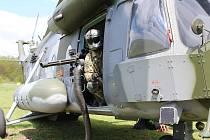 Vojáci na Doupově cvičili, jak ochránit havarovaný vrtulník.