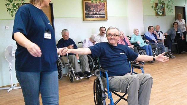 Josef Wurmbrandt a sociální pracovnice Ivana Jaholčíková trénují taneční pohyby.