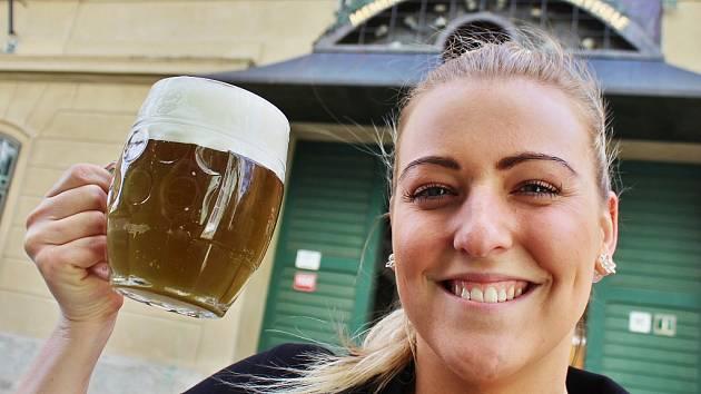 Kristýna Urbanová z žatecké Restaurace U Orloje s unikátním zeleným pivem, které v tamním minipivovaru vaří