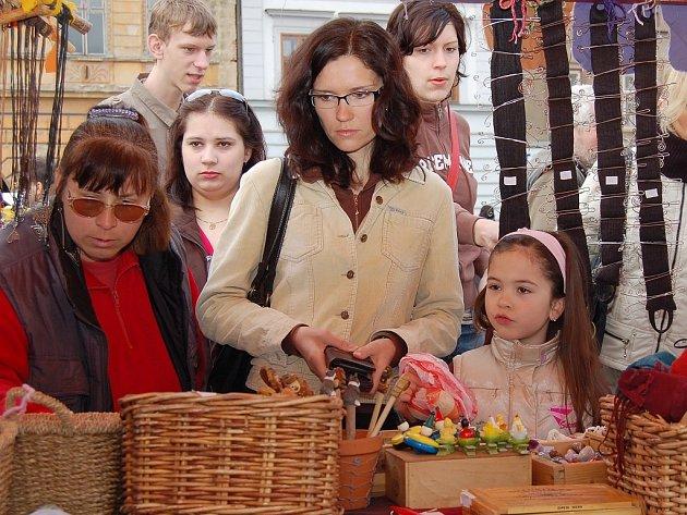 Lenka Kolářová s dcerou Barborou vybírají zboží u jednoho ze stánků.