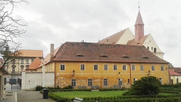 Klášterní ulice se nachází pod areálem bývalého kapucínského kláštera v Žatci. Ilustrační foto
