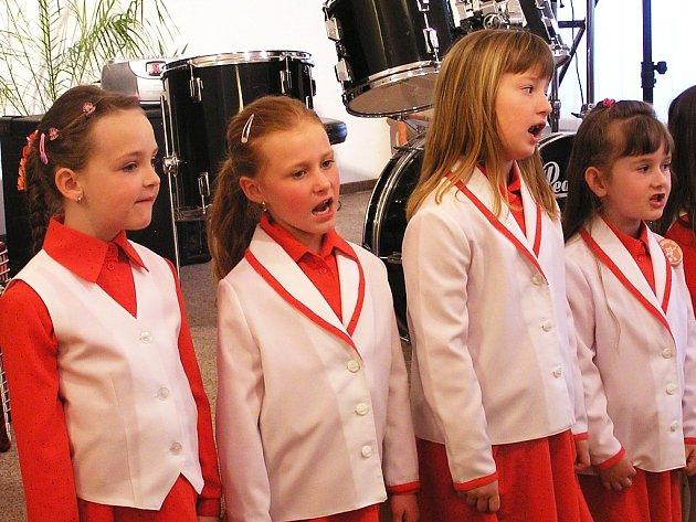 Pěvecký sbor Pastelka zazpíval dětem z mateřských školek.