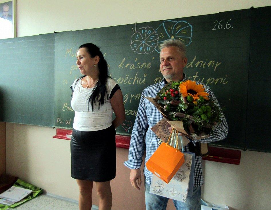Žáci ZŠ Petra  Bezruče v Žatci převzali  v pátek vysvědčení.