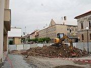 V Lounech už je v plném proudu rekonstrukce prostoru před Vrchlického divadlem. Na piazettě vznikne mozaika známého lounského malíře Zdeňka Sýkory.