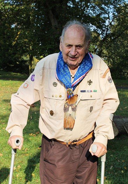 Stanislav Procházka byl legendou lounských skautů. 'Ve skautu jsem vLounech už od roku 1935,' vzpomínal před pár lety. Začalo se mu mimo jiné přezdívat také Nejmladší vlče.