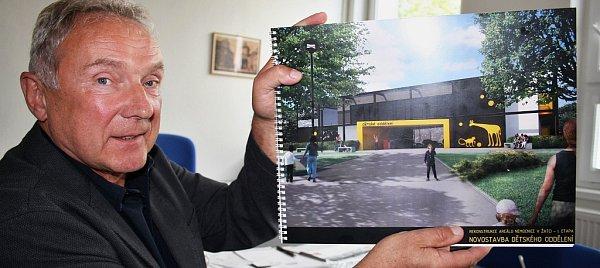 Ředitel žatecké nemocnice Čestmír Novák představil studii na stavbu nového dětského oddělení.