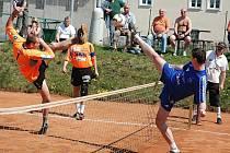 Utkání Žatce (v modrém) proti Šacungu Benešov. Na snímku žatecký Michal Pecina.