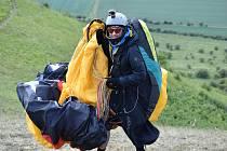 """Jednu z posledních letošních možností """"zalétat si"""" využila o víkendu 17. a 18. října skupinka paraglidistů na kopci Raná."""