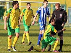 Fotbalisté Podbořan (ve žlutém) v sobotu branku Březnu nedali.