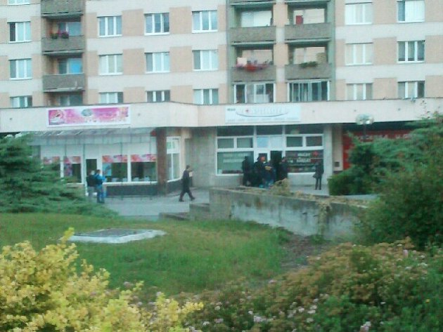 Na snímku z mobilního telefonu našeho čtenáře je alespoň částečně vidět, jak zásahová jednotka vniká do obchodu na Suzdalském náměstí v Lounech