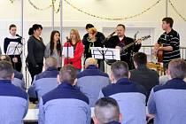 Odsouzení poslouchají koncert chrámového sboru Poutníček  ve věznici v Novém Sedle