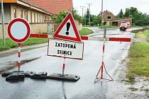 Úterý 4. června 2013. Mezi Oborou a Počedělicemi byla zavřená silnice Louny – Koštice. Byla na ní voda, dala se ale opatrně projet.