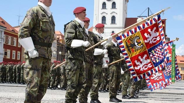 Slavnostní nástup vojáků žatecké 4. brigády rychlého nasazení ke 20. výročí od jejího založení