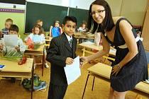 Učitelka Daniela Třasáková předává vysvědčení dětem z 1.C v žatecké Základní škole Komenského alej.