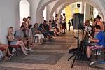 V podloubí na náměstí Svobody se opět sešli muzikanti, aby si tam společně zahráli, zazpívali, zanotovali.