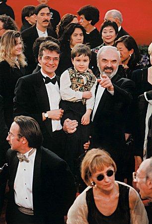 Otec a syn Svěrákovi vroce 1997vAmerice na slavnosti při přebírání Oscarů. Životní úspěch slavili  sfilmem Kolja. Na snímku je snimi imladý herec, chlapec Andrej Chalimon zRuska, který tehdy  ve svých pěti letech ztvárnil titulní dětskou roli