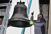 Jeden ze zvonů v liběšickém kostele.