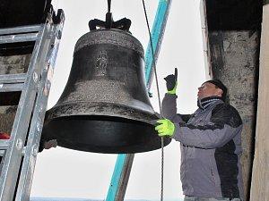 Kostel v Liběšicích má nový zvon