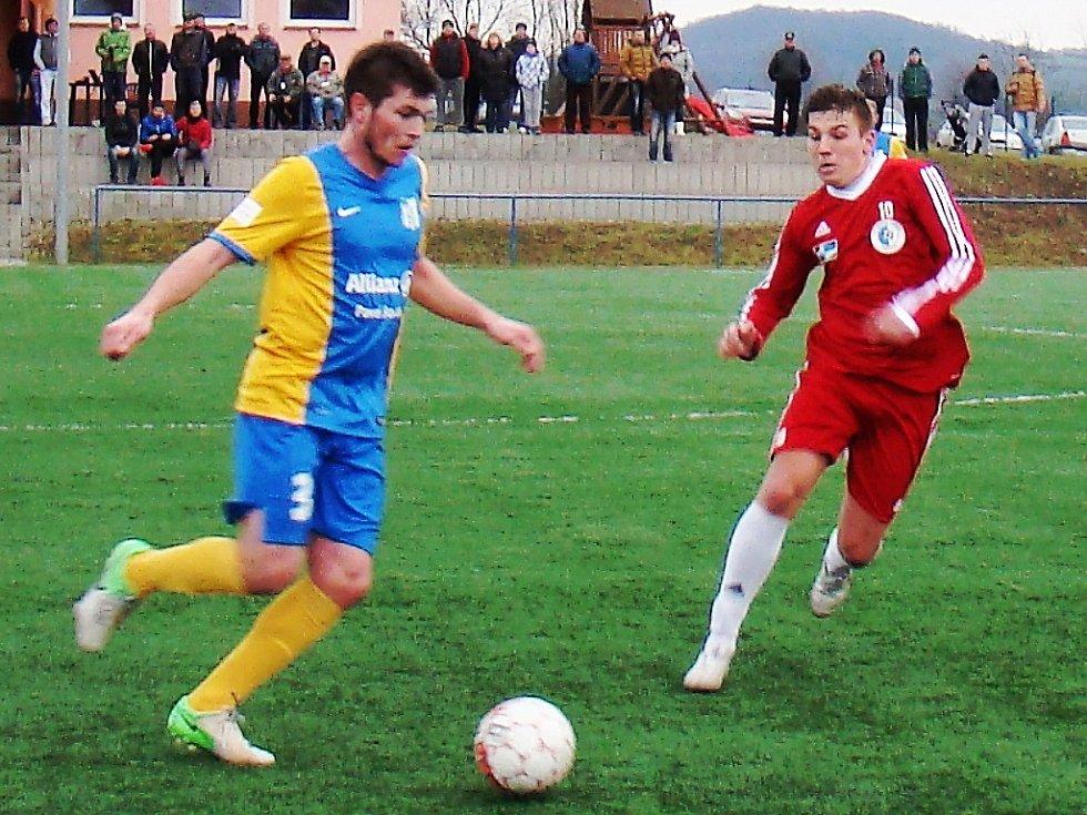 Blšanský obránce Tomáš Živnůstka (vlevo) hrál v Srbicích 85 minut.