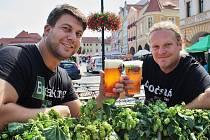 Jan Mlčoch (vlevo) a Jaroslav Reitschlager ochutnávají první pivo na začínající žatecké Dočesné