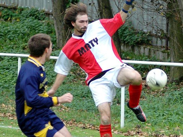Na půdě druhých Žiželic si tým Domoušice B upevnil vedoucí místo výhrou 3:0. V dresu domácích se neprosadil ani  střelec David Šramota (vpravo).