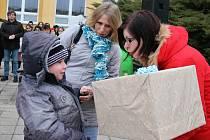 Lukáš s maminkou Danou převzali dárek z rukou Markéty Polcarové (vpravo)