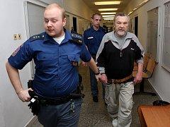 Eskorta přivádí Jana Š. ke krajskému soudu v Ústí nad Labem.  Za pokus o dvojnásobnou vraždu a nedovolené ozbrojování dostal důchodce podmínečný trest 2 roky s odkladem na 4 roky.
