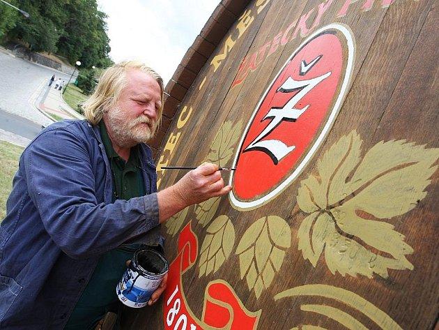 Malíř Lubomír Fárka v těchto dnech zdobil obří sud uprostřed kruhového objezdu v Žatci u Zlaté labutě na silnici Most – Plzeň.