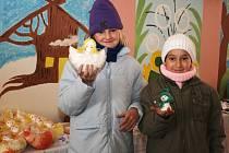 Kateřina Chadimová a Eva Feriová (zleva) ukazují jeden z výrobků, který si mohli zájemci koupit na Čertovských trzích v Lounech.