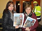 Vladimíra Stejskalová (vlevo) a Alena Maršalová z Deníku rozdávaly příchozím tištěný adventní speciál s texty koled