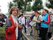 Odborník na novodobou historii Martin Vostřel (v červeném) při komentované prohlídce historických pohlednic na Mírovém náměstí v Lounech